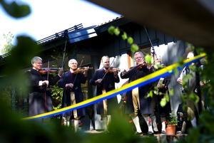 Inspirerande toner. Sockenspelmännen förgyllde tillställningen med sina fioler och Ingemar Ihlis bjöd på en näverlursfanfar från utkikstornet som innehöll både traditionella toner, tv-serien Dallas ledmotiv och en rad andra melodier.
