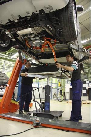 Batterierna sitter under bilen, mellan dubbla golvplåtar.Foto: Daimler