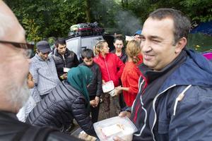 Marin Marinov blir glad när mattransporten kommer. Han bor här med sina fem barn.