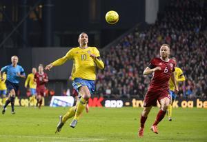 Zlatan Ibrahimovic i EM-kvalsmatchen mot Danmark, november 2015. Svenska landslaget står fast vid att spela i Turkiet, trots riskerna.