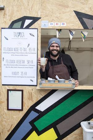 Thiago Almeida säljer sydamerikanska drinkar och rätter på Kødbyens nya matmarknad.   Foto: Annika Goldhammer