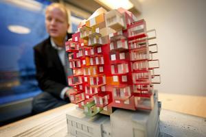 Entreprenören Nicklas Nyberg med en modell av Ting1-byggnaden i december 2011, när projektet presenterades.