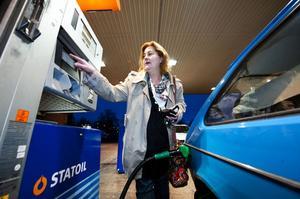 Under måndagen höjde Sveriges ledande bensinbolag sina riktpriser för bensin och diesel. Statoil höjde bensinpriset med hela 35 öre. Det upprör Lotta Nordström: