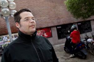 Mikael Forsman, 41 år från Östersund, betalar i dag sina räkningar via kuvertgiro eller autogiro.– Jag använder inte internet till att betala räkningar så för mig är det viktigt att få räkningen på papper. Men om jag byter till internet så skulle det inte vara lika viktigt. Han funderar på att börja betala sina räkningar på internet men tycker samtidigt att det funkar bra så som han gör nu.