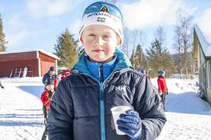 Kevin Åkerlind tar sig lite dryck efter sitt race.