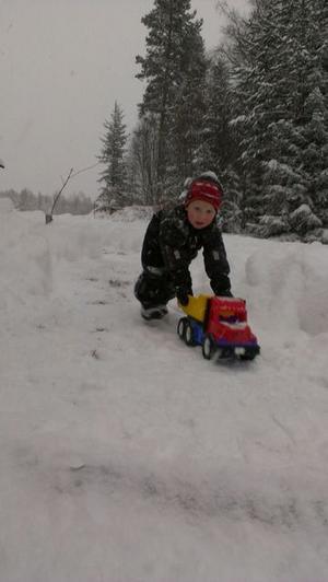 Albin Lindberg, 4 år, kör snö i Åbo, Färila.
