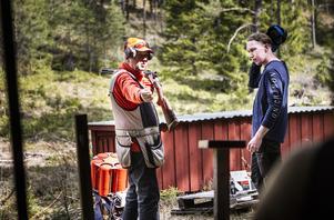 Håkan Norell, kontrollant, visar hur eleverna ska hantera hagelgeväret.