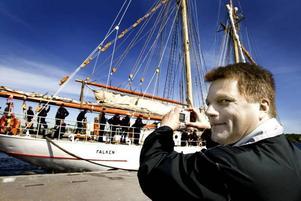 STOLT PAPPA. Pappa Erik Sundström både filmade och fotade när sonen Dennis styrde Falken in till kajen.