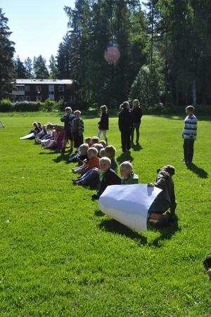 När sexorna och skolpersonalen spelar brännboll innan sommarlovet ställer övriga skolan upp som hejarklack. Foto:Eva Langefalk