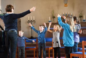 De yngsta körmedlemmarna fick värma upp både röst och kropp när Hagakyrkan hade nypremiär för körsång i går. Körledare är den nytillträdda kantorn Anna Bengtsdotter.