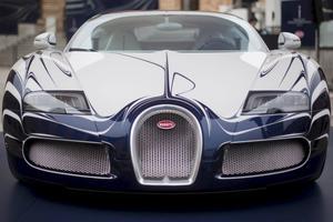 Ganska långt från den hästrygg som Ettore Bugatti inspekterade biltillverkningen ifrån.