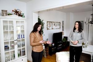 Homestylarna Caroline Odd och Sara Silfverstrand på Västeråsföretaget Uni Form gör alltid hembesök innan de börjar ge några inredningstips. Men ett tips som funkar i de flesta sammanhang är att plocka undan och gruppera. Här, hemma hos Sara, skulle de till exempel rensa bland prylarna ovanpå vitrinskåpet och även snygga till inuti innan en försäljning.