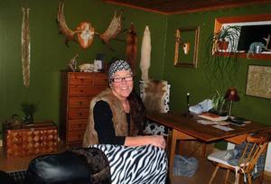 Det är gott om jakttroféer på väggarna i Ewas vardagsrum.