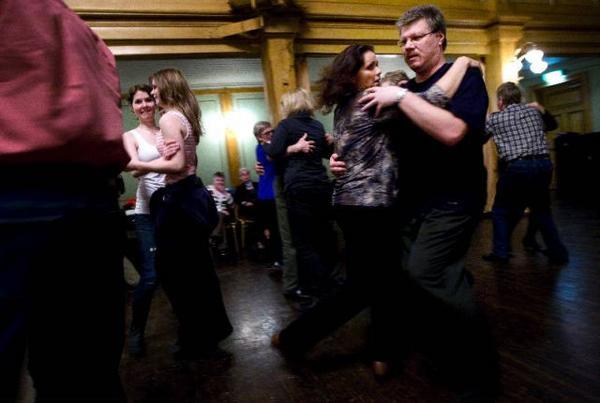 Det var som synes full fart på dansgolvet till Tiljans spelemän. Foto: Håkan Luthman