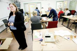 Deras arbete är avgörande för många som ställt upp i årets val. Det är nämligen dessa som räknar alla röster så det blir rätt personer på rätt plats, i förgrunden chefsjuristen Marina Wallén Mattsson.