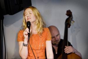 Linda Pettersson Bratt har återkommit till Jämtland för en kortare turné. I onsdagskväll framträdde hon i Revsundslogen. På bilden tillsammans med basisten Lasse Ericsson.Foto: LO Rindberg