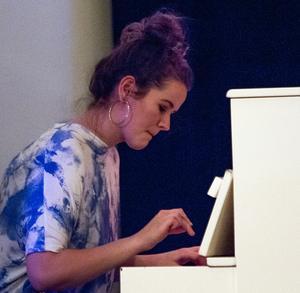 Anna Greta Sigurdadottir på piano har en intensitet som är svår att stå emot.