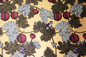 Furuvikstapeten kallar Lars-Åke den fantasifulla tapeten med apor som sitter i sovrummet.