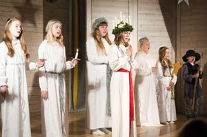 Torsångs musikalkör och Torsångs juniorer framförde ett luciatåg med lucian Estie Theunissen i täten.