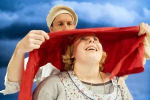 Anna, Hanna och Johanna. Skådespelarna är Michael Engberg och Veronica Kurba. Foto: Ola Kjelbye