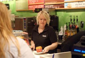 Viktoria Hedberg trivs bra på lärlingsprogrammet och praktiken på Waynes Coffee.