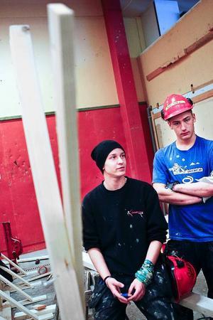 Varken Marcus Ramsten till vänster eller André Nordén är brädåkare. Däremot gillar de att bygga ramper för brädåkning.