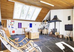 I det stora vardagsrummet, eller ateljén, hjälper de stora takfönster Bo att få rätt ljus. Från de stora skifferplattorna på golvet strömmar värmen och håller temperaturen i rummet.
