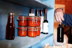 På Öster-Övsjö gård tillverkas en rad olika produkter från bär. Totalt ett 60-tal olika produkter.Det behövs mycket flaskor för tillverkningen. Dessa flaskor kommer att fyllas med nektar.