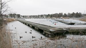 Nynäshamns kommun undersöker möjligheten att fylla ut översvämningshotade byggbara platser med bergkross från Norvik. En sådan plats kan vara viken innanför Frejas holme.