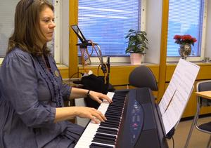 Kerstin Winblad von Walter, leder körsången.