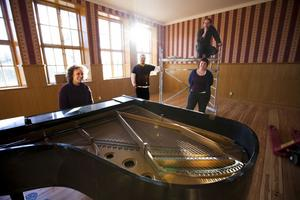 Vackraste konsertsalen. Efter flera år av renovering är det nu dags för den första publika grejen i Bergs gamla skola i Torsåker, där Tuve Modéen, Christopher Andersson-Bång, Sara Fridholm och Jimmy Johansson bor och arbetar.