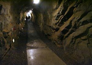 En tunnel går genom hela Västra berget, och betraktar man den som utrymningsväg är det för lång.
