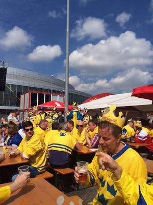 Svenskarna samlas inför match utanför O2 Arena, där Sverige spelar sina matcher.