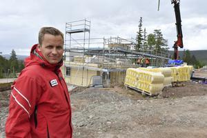 Johan Thorn destinationschef vid en av de nya huskropparna som nu byggs i Stöten.Foto Nisse Schmidt