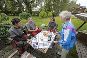 Therese Kanon Oskarsson bjuder Sven Kisch, Mikael Aronsgård och Susanne Günther på kaffe och hembakt.   – Det här är så spännande så jag kommer inte göra något annat idag, säger Therese om trädfällningen.