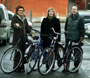 Flitiga cyklister. Lena Andersson, sjukgymnastiken vid Sundsvalls sjukhus, Monica Bäck, Tjänstemannaförbundet HTF och Mats Björklund, Tieto Enator, tog i går emot priser för sina arbetsplatsers insatser i Korpens årliga motionskampanj.