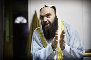 Fekri Hamad, imam i Västerås, ifrågasätter om hans vän och imamkollega i Gävle, Abo Raad, får en rättssäker prövning. Han anklagar Säpo för att ha omhändertagit imamen utan skälig grund.