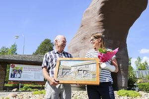 Uno Schwartz från Härjedalsföreningens styrelse delade ut vandringspriset till Ida Ingemarsdotter.