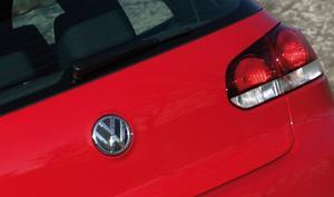 En kul finess - bakom Volkswagen-emblemet på bakluckan döljer sig backningskameran. När du lägger i backen fälls emblemet upp. Ingen risk för att linsen ska bli våt eller smutsig.