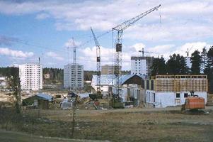 Brunnsäng var ett av de stora förnyelseområdena under de sista åren på 1950-talet och början av 1960-talet. Bostadsbristen var då mycket påtaglig och stadens myndigheter insåg att ett höghusområde skulle bli ett bra tillskott och minska bostadskön. Södertälje stad hade redan 1939 köpt gården Brunnsäng för att senare kunna bygga där.