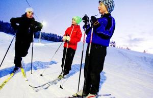 """Daniella Häggström, Susanna Holmberg och Måns Eriksson har svårt att stå still.""""Det är kul att röra sig och kul att få frisk luft"""", säger Måns Eriksson, till höger i bild.Han tävlar i bland och kan tänka sig att bli tävlingsåkare.Foto: Ulrika Andersson"""
