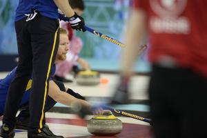 Sveriges lag med skippern Niklas Edin övertygade med två vinster direkt i Sotji.