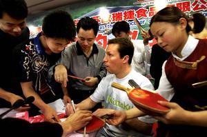 2005. Jan-Ove Waldner håller en presskonferens i Zhangjiagang när han är där i affärer. Det blev kaos när många kinesers idol skrev autografer. Waldner visades runt i staden som en kunglighet med poliseskort och åt middag med stadens borgmästare.