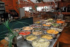 Lugnet efter stormen. Restaurang Dalahästen har dagligen över tusen besökare. Strax före tre på eftermiddagen har anstormningen av lunchgäster avtagit.