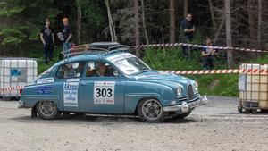 Sibylla Gustafsson och Marcus Jonsson i en Saab V4.