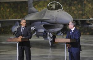 Satsar militärt. USA prioriterar försvaret av Östeuropas Natomedlemmar. President Barack Obama tillsammans med Polens president Bronislaw Komorowski framför F-16 plan. Foto: AP/TT