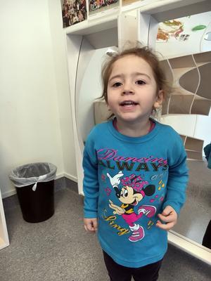 Havin Tasur, tre år, går på förskolan Blåsippan i Norberg och gillar Diddi i Babblarna.