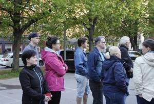 Agneta Bäckström (längst till vänster) är närmaste granne med parkeringen där många raggare stannar till.