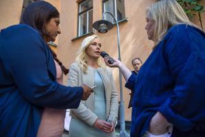 Trots att hon är ansvarig minister tycker inte Anna Johansson (S) att hon har någon skuld i att Transportstyrelsen har lämnat ut hemlig information till utländska dataexperter.