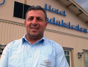 """""""Varför måste vägen vara avstängd dygnet runt""""? undrar Hotell Indalsledens ägare Hassan Tosun."""